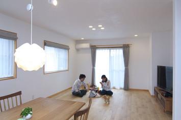 真っ白な漆喰に+αの彩りを楽しめる家
