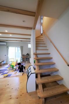 木の質感が引き立つデザインで、シンプル&大人かわいいお家 サブ画像2