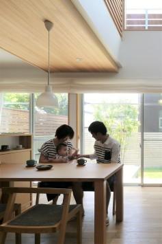 庭へつながる開放的な空間、光と風が通う家 サブ画像2