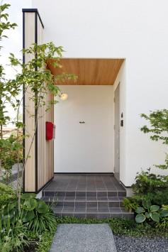 大きな木製窓がまるで絵画のフレームのように、光と風を彩る住まい。 サブ画像9
