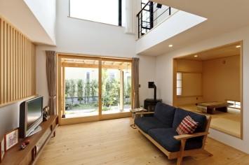 大きな木製窓がまるで絵画のフレームのように、光と風を彩る住まい。 サブ画像4