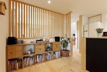 大きな木製窓がまるで絵画のフレームのように、光と風を彩る住まい。 サブ画像2