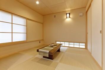 大きな木製窓がまるで絵画のフレームのように、光と風を彩る住まい。 サブ画像6