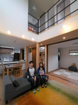 吹き抜けダイニングが伸びやかな、木の素材感を楽しむ家 サブ画像3