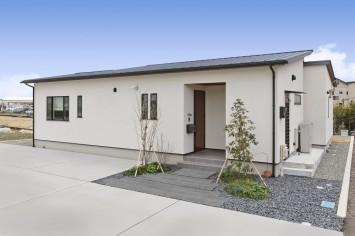 シンプルに素材感が際立つ平屋の住まい サブ画像10