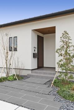 シンプルに素材感が際立つ平屋の住まい サブ画像1