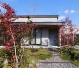 四季折々、おだやかな光がもたらす心やすらぐ場所~庭と暮らす~ フジモクの家