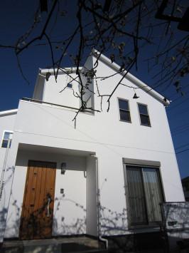 真っ白な漆喰に+αの彩りを楽しめる家 サブ画像2