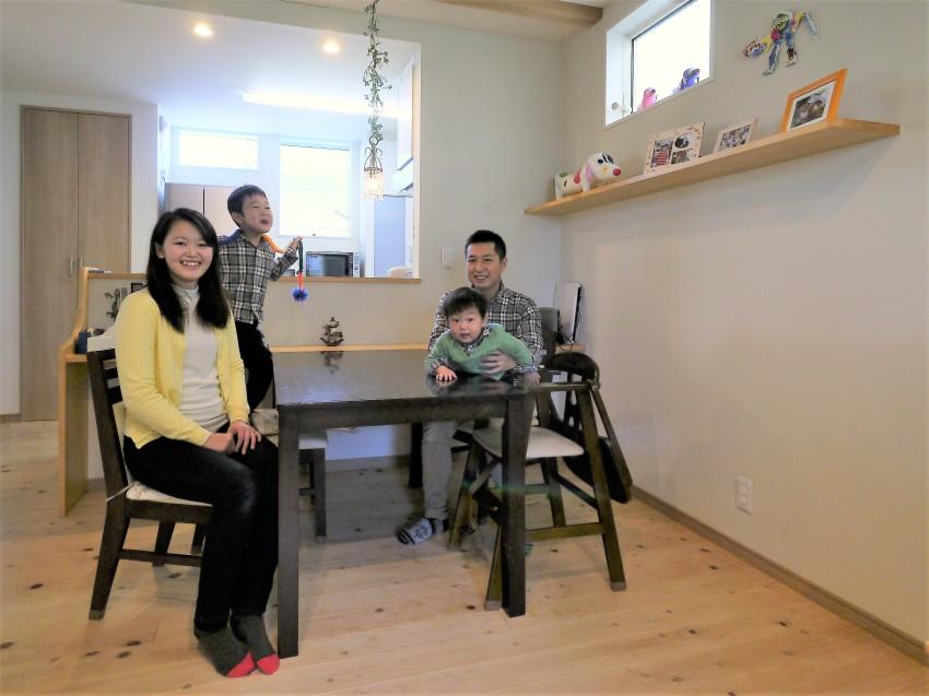 木の質感が引き立つデザインで、シンプル&大人かわいいお家