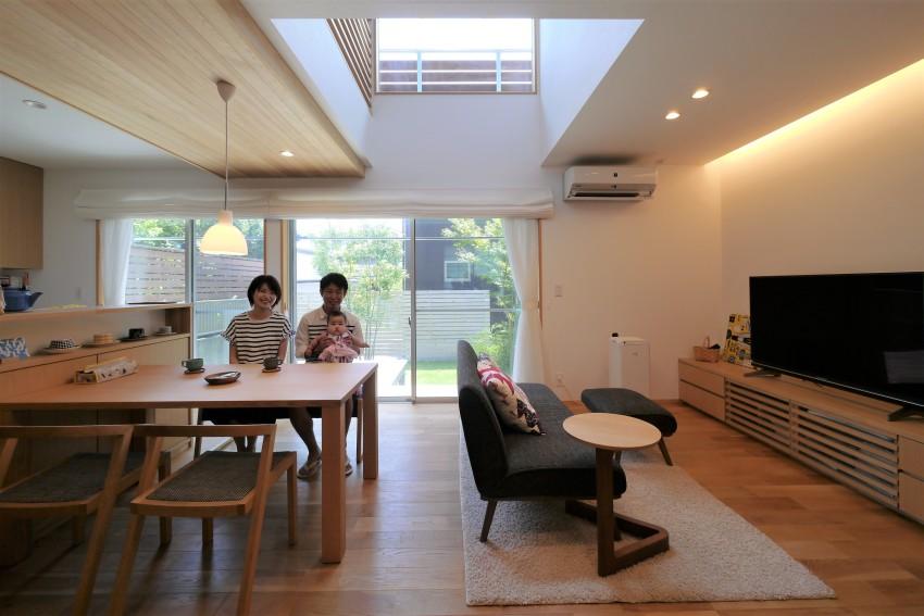 庭へつながる開放的な空間、光と風が通う家