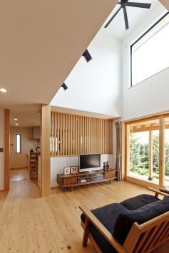 大きな木製窓がまるで絵画のフレームのように、光と風を彩る住まい。 サブ画像5