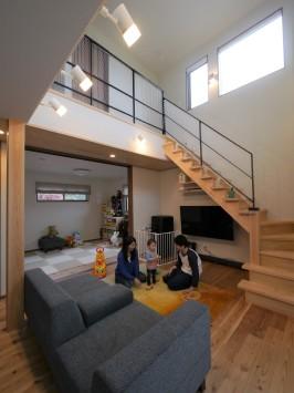 吹き抜けダイニングが伸びやかな、木の素材感を楽しむ家 サブ画像1