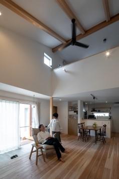 仲良し夫婦がスローな暮らしを楽しむ土間リビングのある家 サブ画像1