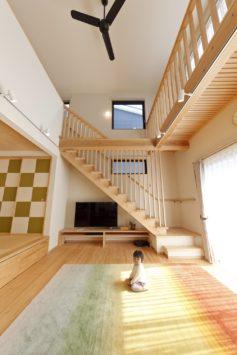 子どもがぐるぐる回遊できる開放感あふれるヒノキ尽くしの家 サブ画像4