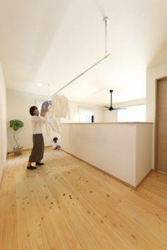 子どもがぐるぐる回遊できる開放感あふれるヒノキ尽くしの家 サブ画像8